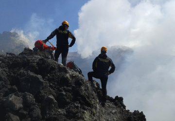 Etna, interrotta una escursione irregolare di 15 turisti: denunciata una guida abusiva