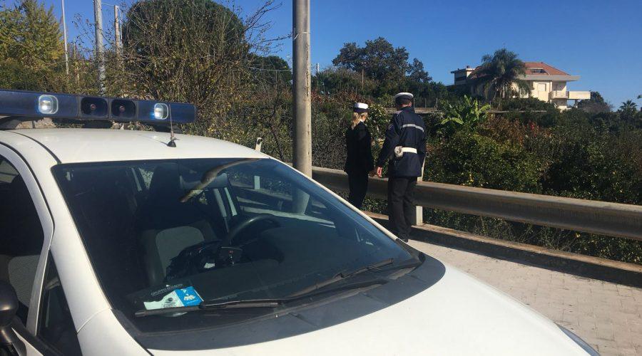 Giarre, tenta di gettarsi da un ponte. Salvato da carabinieri e polizia locale VIDEO