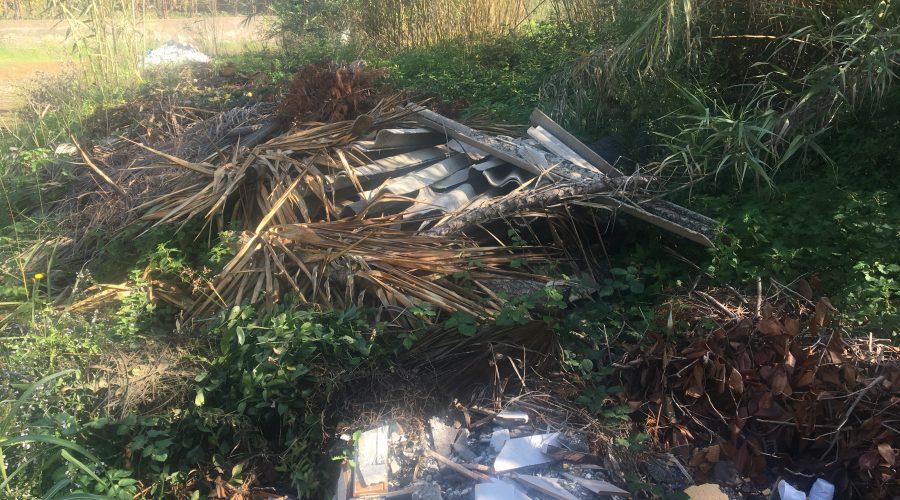 Giarre, a fuoco i rifiuti nocivi del torrente Macchia. Intervento dei Vigili del fuoco