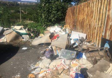 Giarre, scarica rifiuti ingombranti in via Lisi: arrivano i Vigili, osservano e vanno via VIDEO - LA REPLICA DEL SINDACO