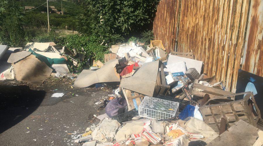 Giarre, scarica rifiuti ingombranti in via Lisi: arrivano i Vigili, osservano e vanno via VIDEO – LA REPLICA DEL SINDACO