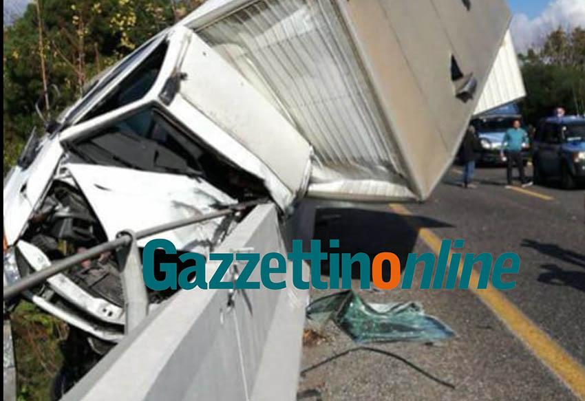 Fiumefreddo, grave incidente in A18: autocarro perde controllo. Interviene elisoccorso. Camionista 57enne in prognosi riservata FOTO  GALLERY