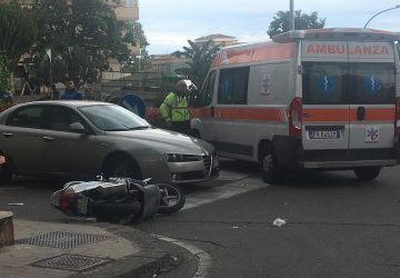 Giarre, incidente tra scooter e due auto: due feriti