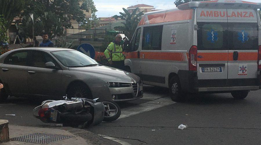 Giarre, incidente tra scooter e due auto: due feriti