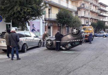 Acireale, incidente in corso Italia, auto si ribalta