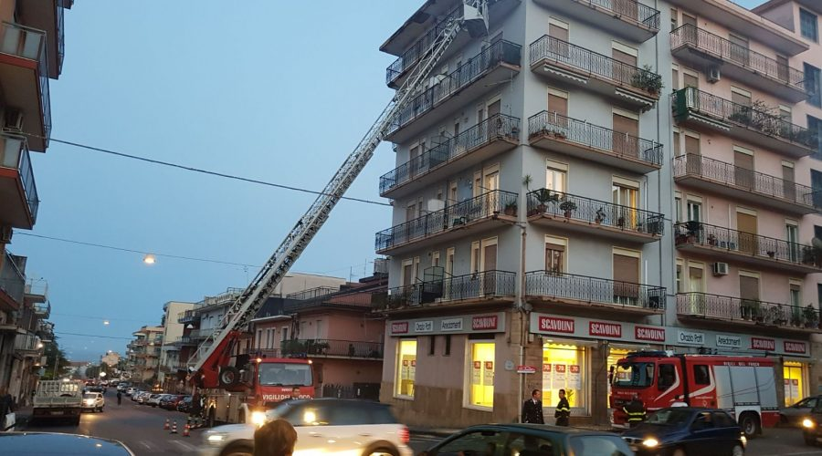 Giarre, intervento dei vigili del fuoco per caduta calcinacci da un palazzo