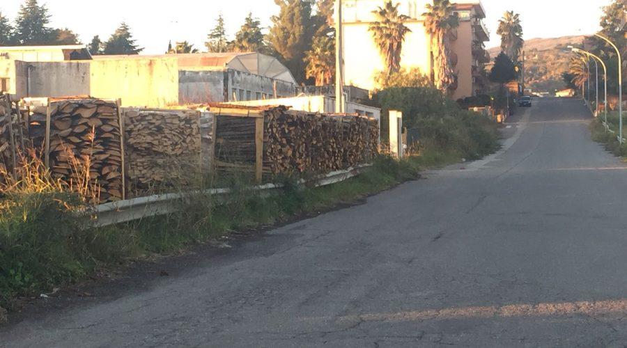 Giarre, a fuoco cataste di legna in una segheria in via Di Bella. Intervento dei vigili del fuoco