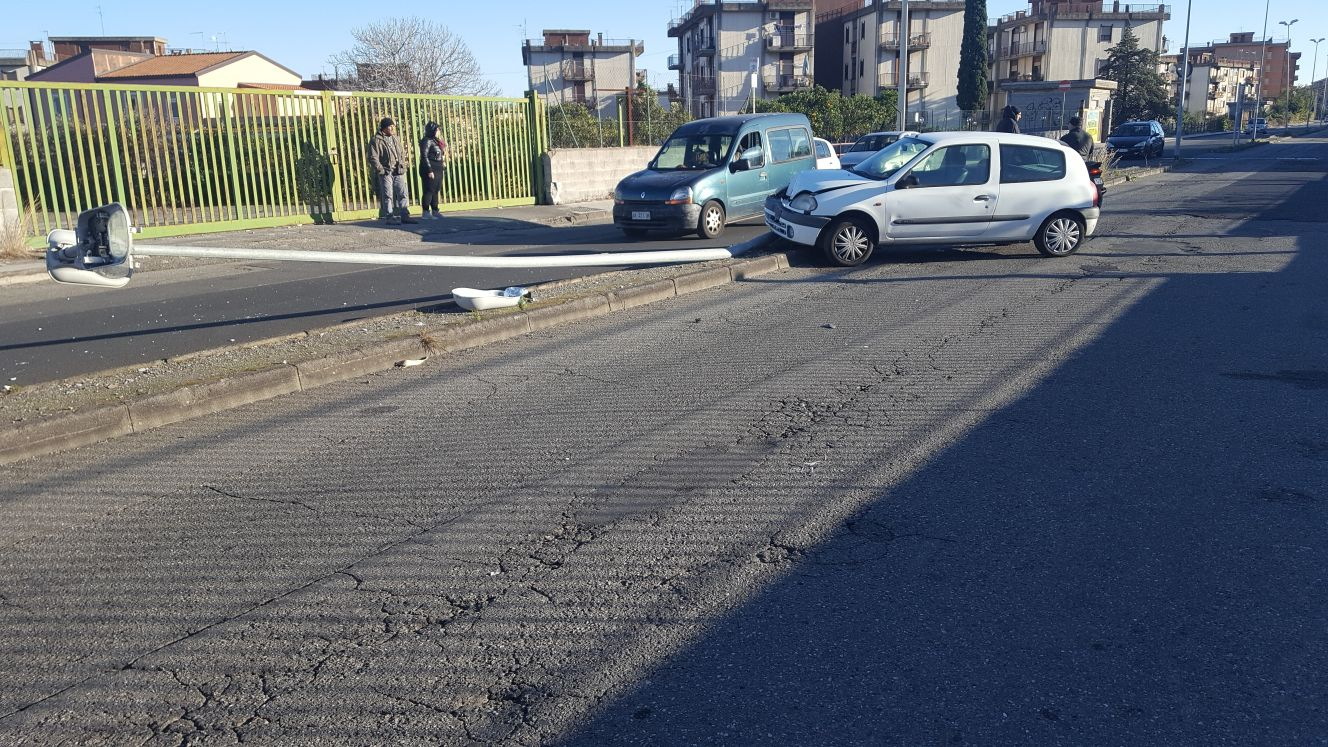 Giarre incidente autonomo auto si schianta contro palo illuminazione illeso autista - Incidente giardini naxos oggi ...