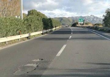 L'autostrada A18, le buche e l'unica corsia di marcia: botta e risposta tra l'on. De Luca (M5S) e l'assessore regionale Falcone