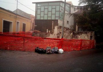 Santa Venerina, il Comune esegue la demolizione di due immobili di proprietà