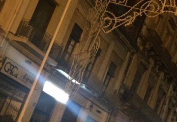 Giarre, danneggiate dal vento luminarie San Sebastiano in piazza Duomo