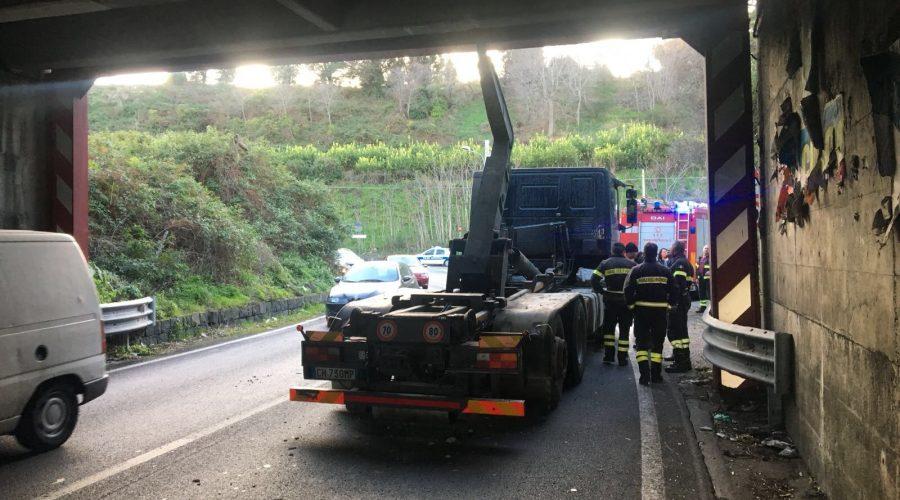 Giarre, camion si incastra sotto un ponte. Traffico bloccato in direzione di S. Venerina VIDEO