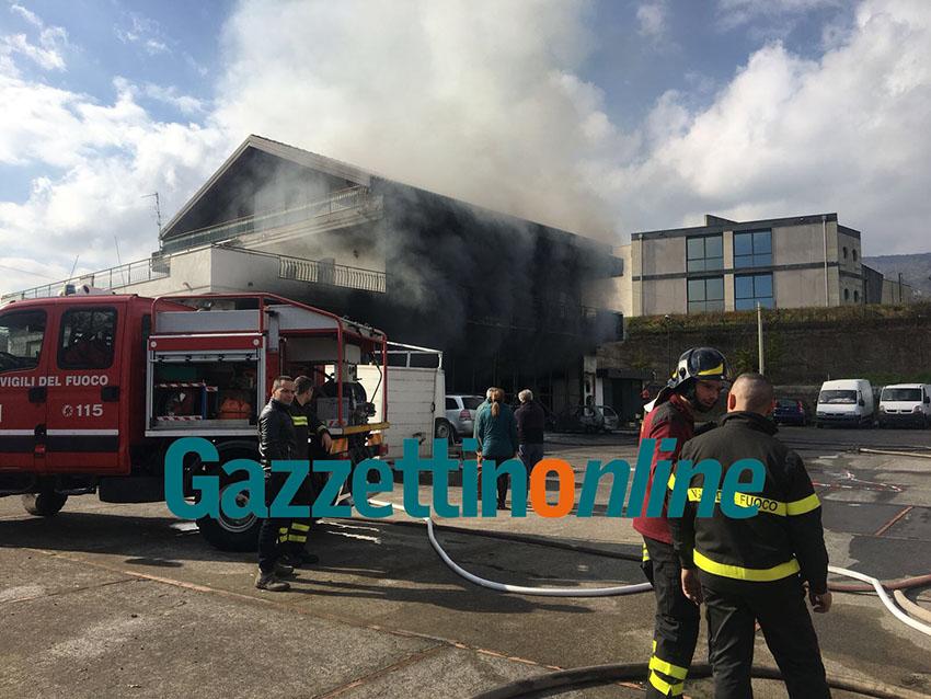 Zafferana Etnea: incendio in un capannone. Ingenti i danni VIDEO – FOTO