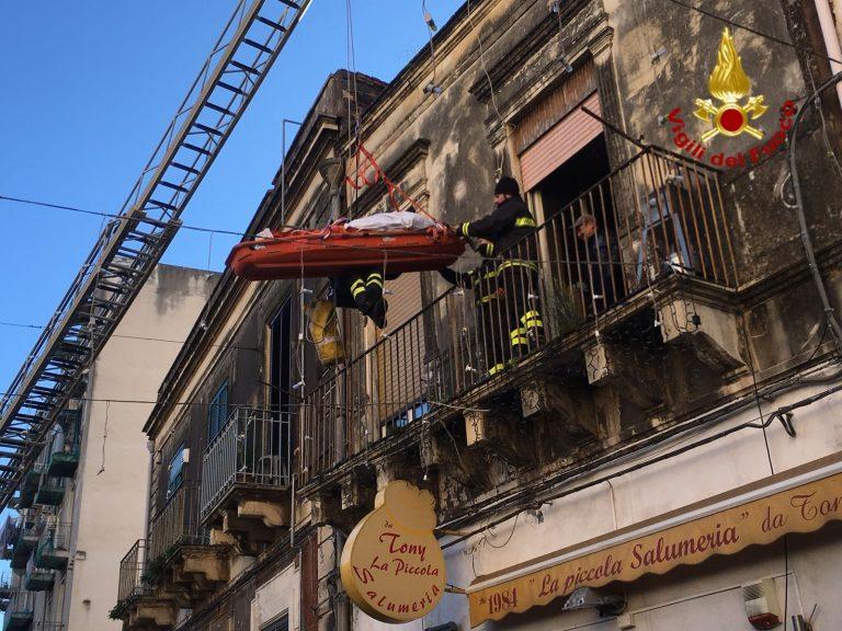 Catania, obeso si frattura il femore. Spettacolare intervento dei VVFF