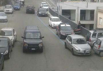 Giarre, dirigente comunale espone paletta del Comune su auto privata