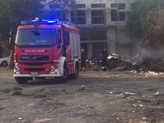 Giarre, parcheggio via Teatro,  nuovo incendio rifiuti. Nel sito anche cumuli di amianto