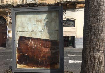 Giarre, il degrado abita nel salotto della città. Siringhe e rifiuti in piazza Duomo