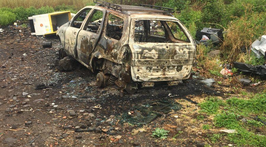 Torrente Macchia pattumiera: sul greto anche il relitto di una vettura incendiata