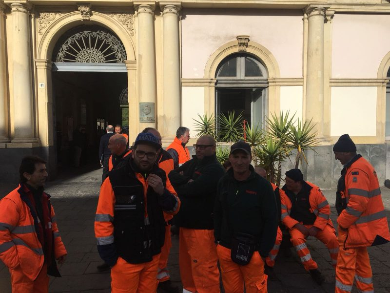 Giarre, operatori ecologici scioperano ad oltranza e occupano il Comune. Anche per domani disservizi nella raccolta VIDEO