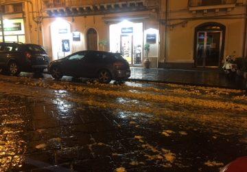 Giarre, autocarro perde parte del carico di limoni in strada e fugge via