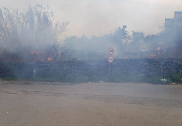 Riposto, vasto incendio in via Mario Carbonaro. Intervento dei Vigili del fuoco