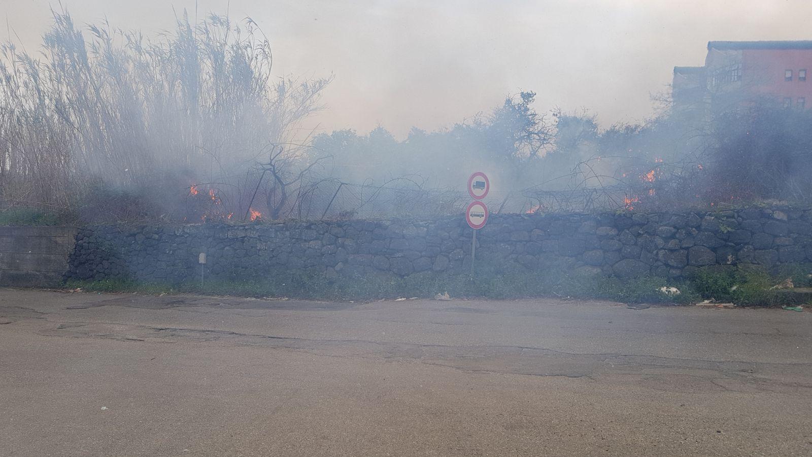 Riposto vasto incendio in via mario carbonaro intervento dei vigili del fuoco - Incidente giardini naxos oggi ...