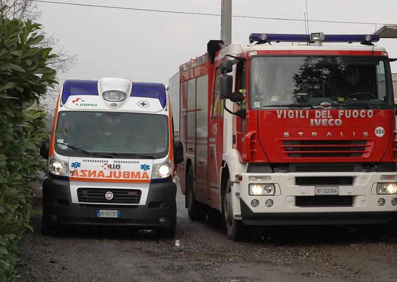 Catania, drammatico frontale sulla Statale 417: auto in fiamme e un ferito incastrato