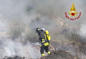 Calatabiano, vasto incendio nella zona di via Bandiera. Case minacciate dal fuoco