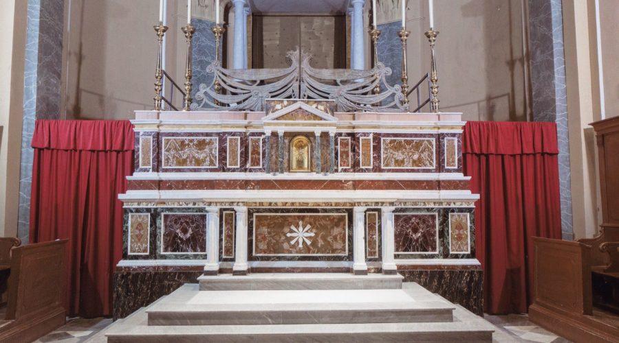S.Alfio, si illuminano gli altari della chiesa