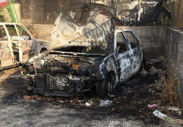 Giarre, ignobile atto vandalico: a fuoco l'auto dismessa del parroco di San Camillo VIDEO