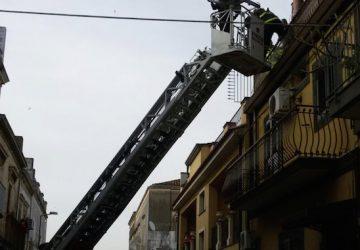 Giarre, donna cade mentre si trova in mansarda. Intervento dei Vigili del fuoco, Polizia locale e del 118