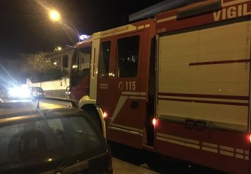 Riposto, incendio auto in corso Europa, intervento dei Vigili del fuoco