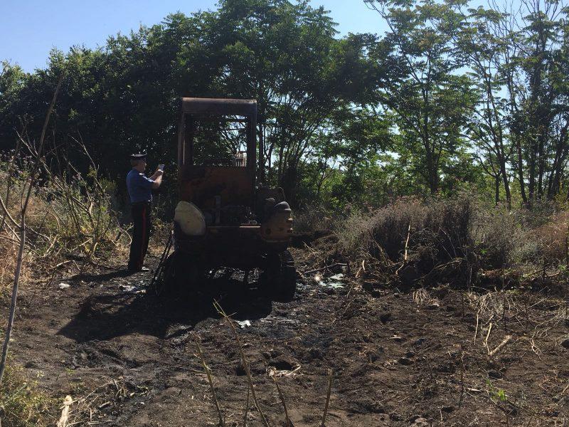 Macchia a fuoco un escavatore. Intervento dei vigili del fuoco