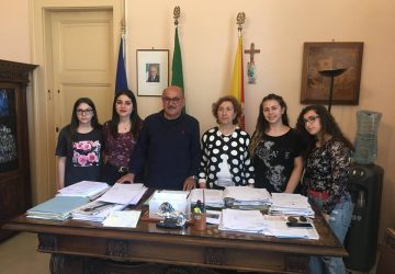 """Riposto, progetto Erasmus, studenti del Polo tecnico """"intervistano"""" il sindaco"""