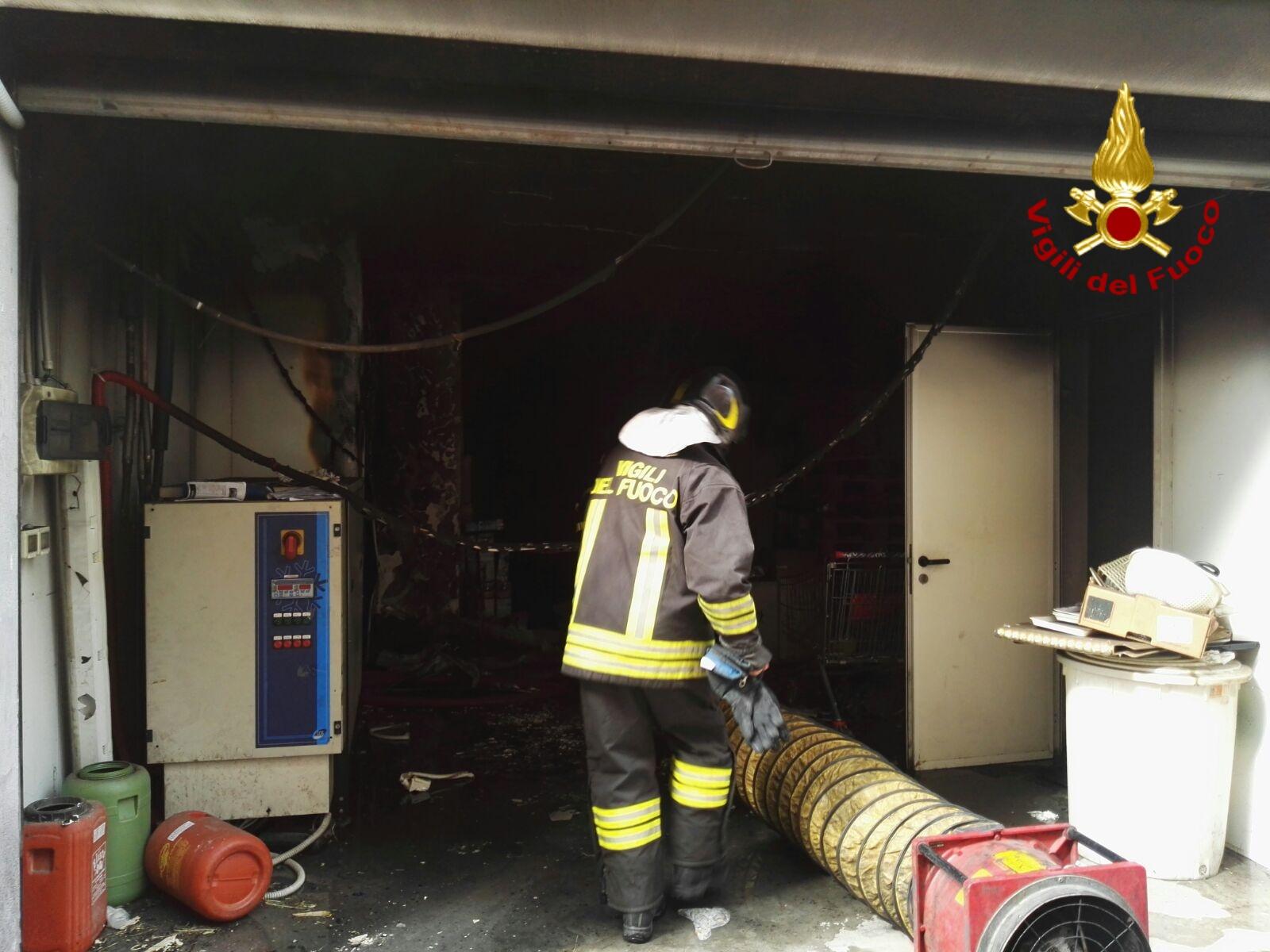 Santa Maria di Licodia, incendio in un deposito alimentari. Intervento dei vigili del fuoco