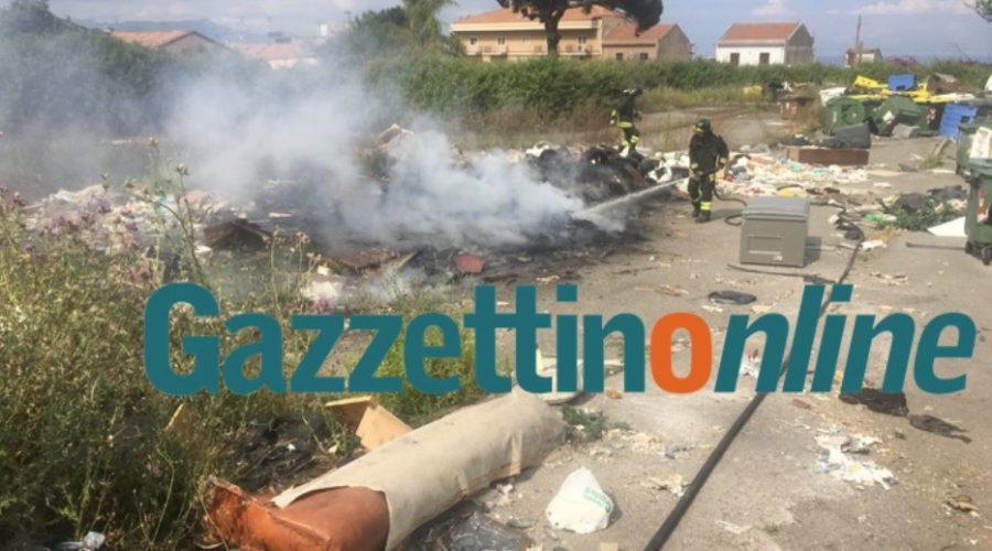 Giarre, a fuoco maxi discarica del parco incompiuto di Trepunti VIDEO