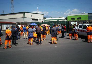Acireale, licenziamenti arbitrari di operatori ecologici: scatta la protesta. Due dipendenti licenziati si cospargono di benzina