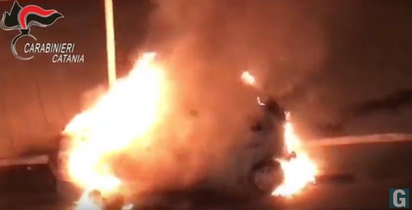 Paternò: danno fuoco a 14 auto. In manette due giovani VIDEO
