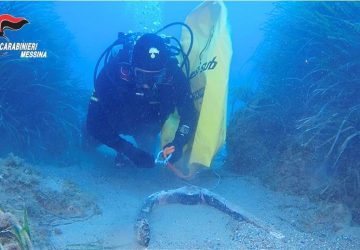 Giardini Naxos: i carabinieri del Nucleo Subacquei di Messina riportano alla luce un'ancora di epoca romana