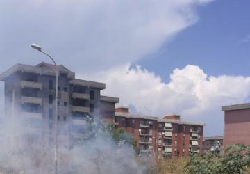 Giarre, ancora incendio sterpaglie nel quartiere Jungo. Intervento dei Vigili del fuoco