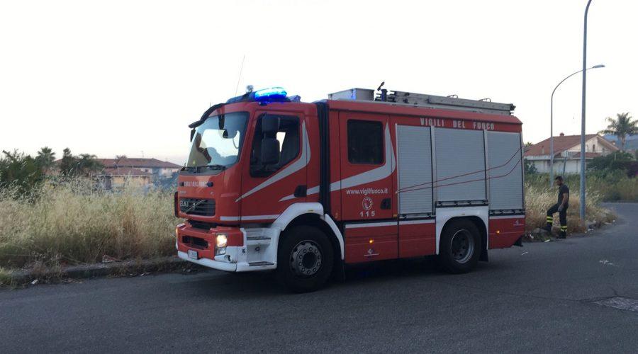 Mascali, incendio sterpaglie in va Mattarella:  Vigili del fuoco in azione
