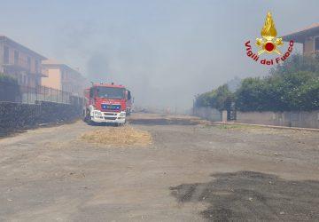 San Giovanni Galermo, vasto incendio minaccia abitazioni. Intervento dei Vigili del fuoco
