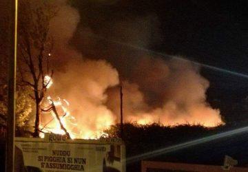 Giarre, incendio al parco incompiuto di via Mameli a Trepunti. Preoccupazione nel rione popolare