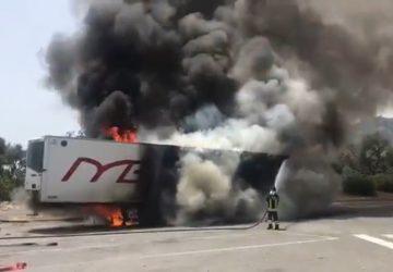 A18,  in fiamme autoarticolato nel tratto di Santa Teresa di Riva. Intervento dei Vigili del fuoco