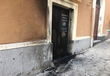"""Giarre, pneumatico dato alle fiamme davanti a negozio di informatica: è racket? La vittima: """"Atto squallido"""" VIDEO"""
