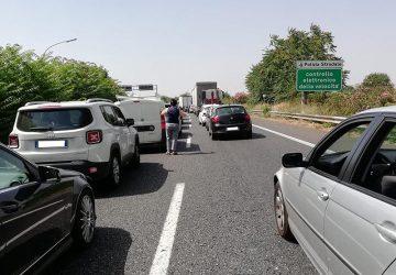 Incendi in autostrada, pesanti disagi e lunghe code verso Catania