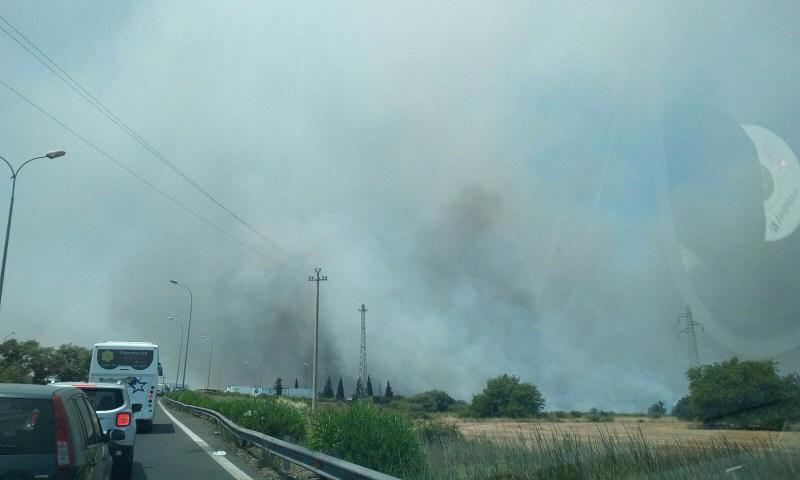 Catania, vasto incendio sterpaglie a ridosso della Tangenziale
