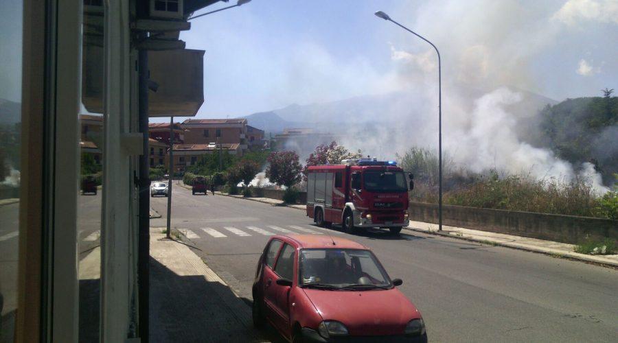 Giarre, ancora incendio di sterpaglie sul viale Don Minzoni FOTO