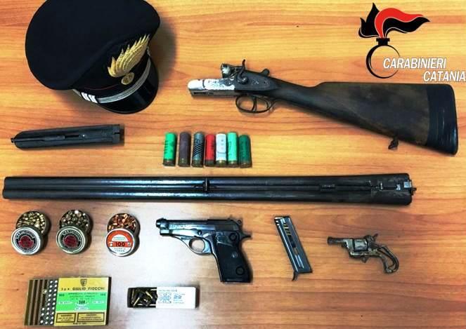 Catania, lite al distributore di carburanti, uomo estrae la pistola ed esplode tre colpi d'arma da fuoco: arrestato assieme al figlio