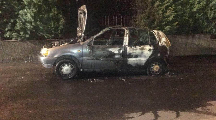 Giarre, a fuoco un'auto in via Silvio Pellico